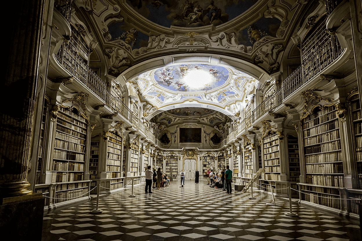 Bibliothek bei Nacht ©Thomas Sattler