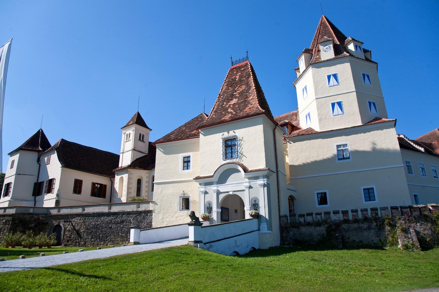 Schloss Kornberg Vorderansicht @Bardeau Fotograf Franz Suppan